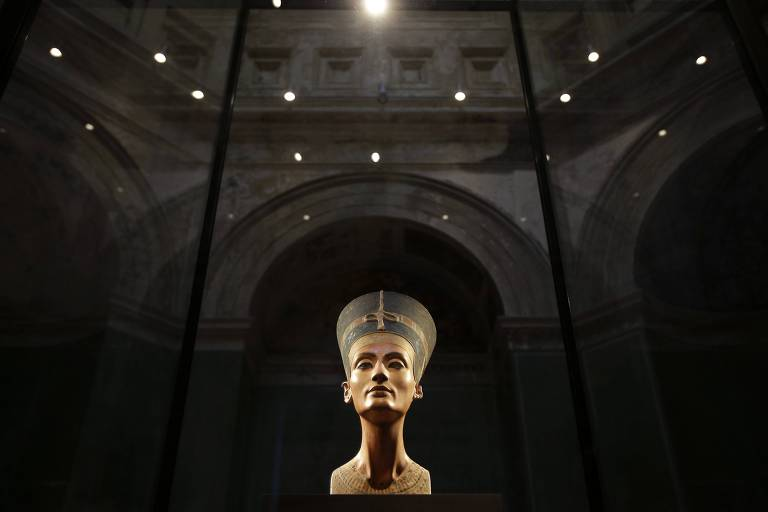 Estátua de busto egípcio feminino