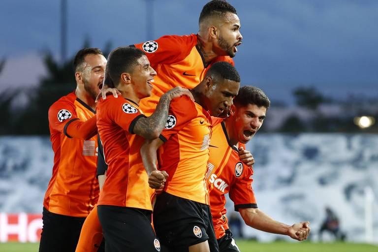 Tetê é abraçado por companheiros do Shakhtar após marcar contra o Real Madrid
