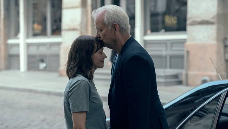 Homem branco de cabelos brancos beija testa de mulher jovem branca