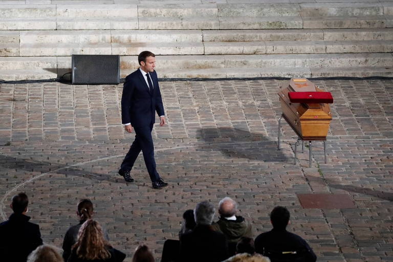 França concede maior honraria do país a professor decapitado por extremista