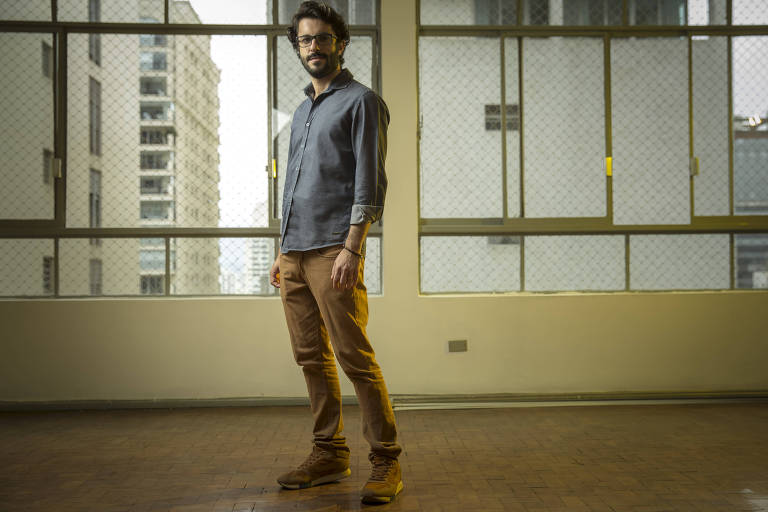 Rafael Sorrigotto, 33, no apartamento de 130 m² que comprou durante a pandemia, no centro de São Paulo