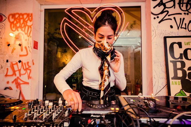 Em São Paulo, DJs criam clima comportado para gente sentada