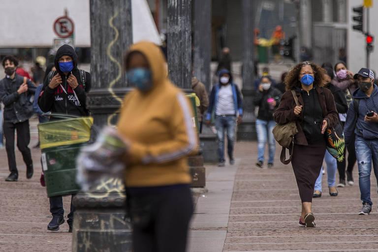 Pessoas circulam de máscara em rua do centro de São Paulo