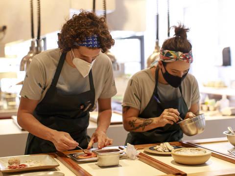 Funcionários preparam refeição no Tujuína, irmão caçula do sofisticado Tuju