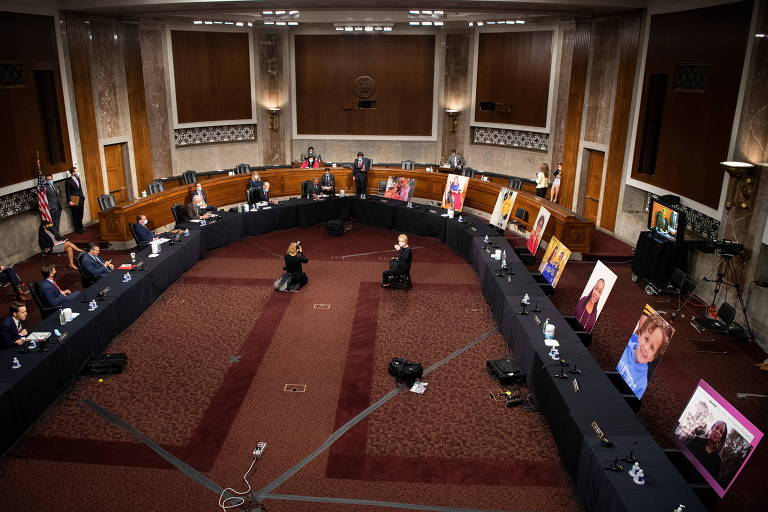 Comitê do Senado aprova nomeação de Amy Coney Barrett em meio a protestos