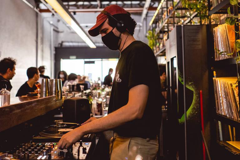 O DJ Millos Kaiser toca no bar Caracol, em São Paulo