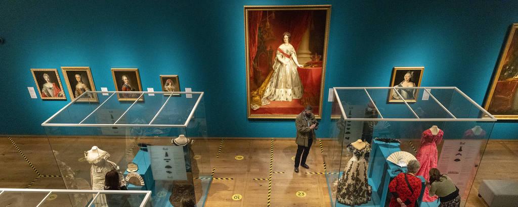 Pessoas veem obras no museu e piso é marcado com fita adesiva amarela