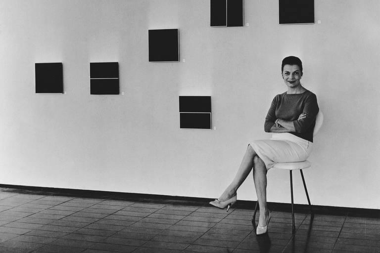 """A artista Lygia Clark posa diante das 'Unidades (1 a 7)' na Mostra Neoconcreta, no Museu de Arte Moderna do Rio de Janeiro, em 1959"""""""