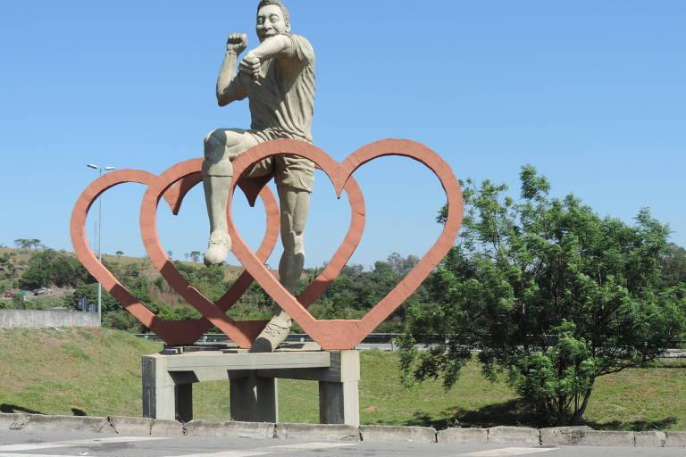 Estátua em homenagem a Pelé na entrada de Três Corações, Minas Gerais