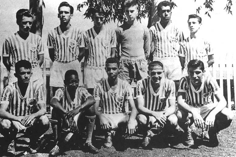 Pelé (o segundo sentado da esq. para a dir) com os companheiros do BAC (Bauru Atlético Clube), quando tinha 13 anos