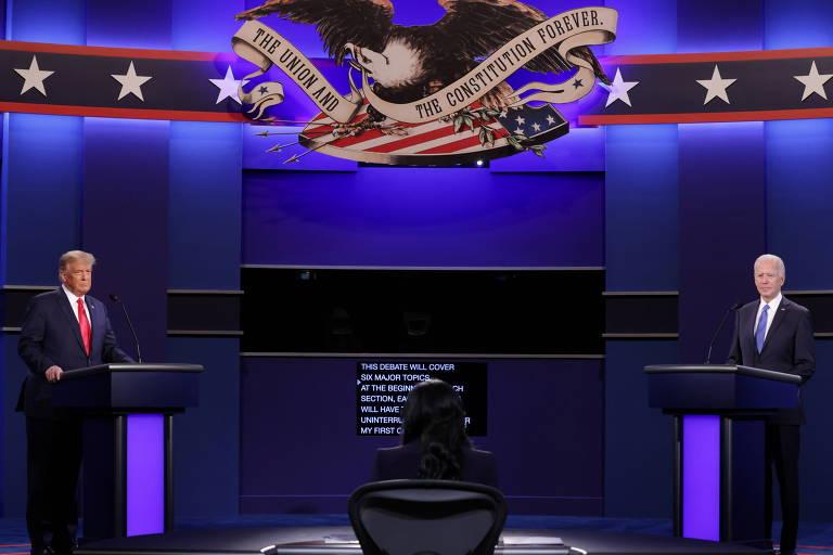 Donald Trump (esq.) e Joe Biden participam do segundo debate presidencial em Nashville, no Tennessee