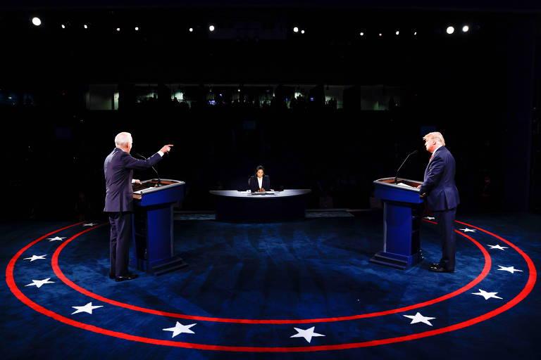 Joe Biden (esq.) e Donald Trump (dir.) participam do segundo debate presidencial em Nashville, Tennessee
