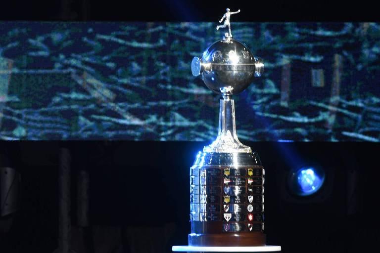 Taça da Libertadores exposta em Luque, no Paraguai, na sede da Conmebol