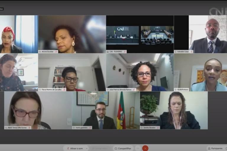 Reprodução de videoconferência em que se vê nove pessoas participando, sendo um 7 mulheres negras e brancas, um homem branco, um homem negro, e em uma das telas o plenário do CNJ