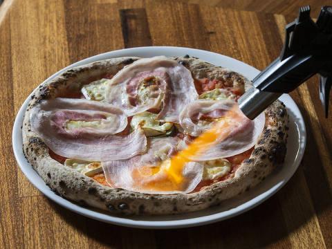 PROJETO ACHADOS ELO - MARIAS E CLARICES. Achado: pizza Maria e Clarices (queijo brie e figos, cobertos por finas camadas de pancetta defumada e curtidas no bourbon, finalizada com um fio de mel de laranjeira) da pizzaria Marias e Clarices. (Foto: Adriano Vizoni/ACHADOS ELO) *** EXCLUSIVO PROJETO ACHADOS ELO ***