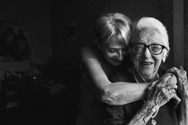 retrato em preto e branco de mãe e filha abraçadas