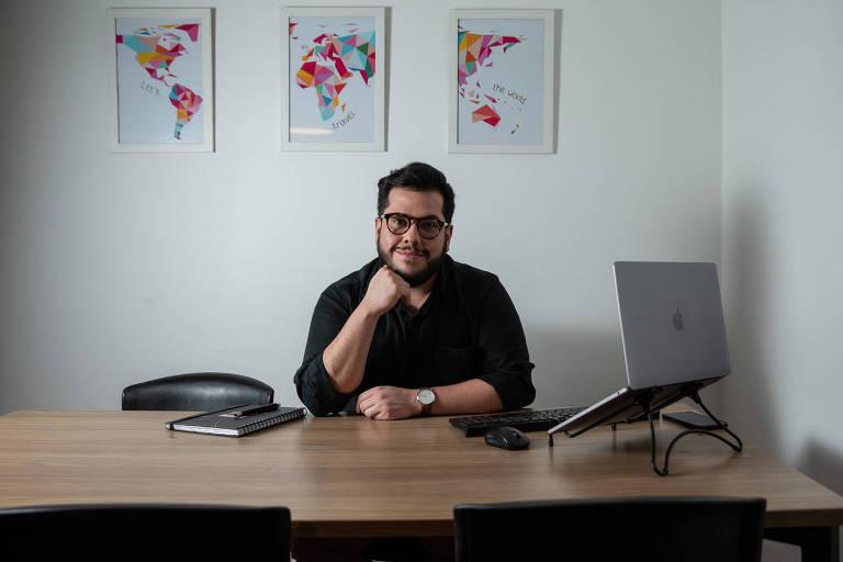 Raphael Magalhães Farias Menezes, vinte e nove anos, gerente de cliente e estudante do MBA comportamento e ciência do consumo, na ESPM, na casa dele em Cerqueira César.