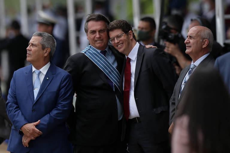 O presidente Jair Bolsonaro, ao lado dos ministros Braga Neto (Casa Civil), Ricardo Salles (Meio Ambiente) e Luiz Eduardo Ramos (Secretaria de Governo), participa de cerimônia de apresentação e batismo do novo caça F-39 Gripen, na Base Aérea de Brasília