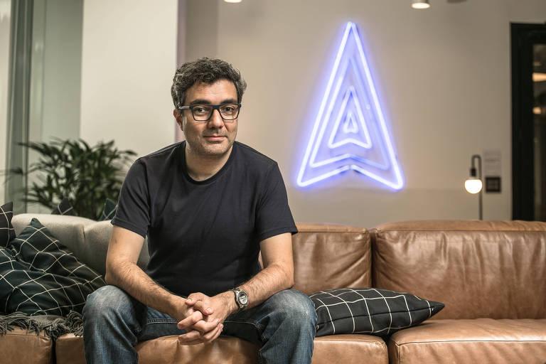 O cofundador da startup QuintoAndar, sentado em um sofá