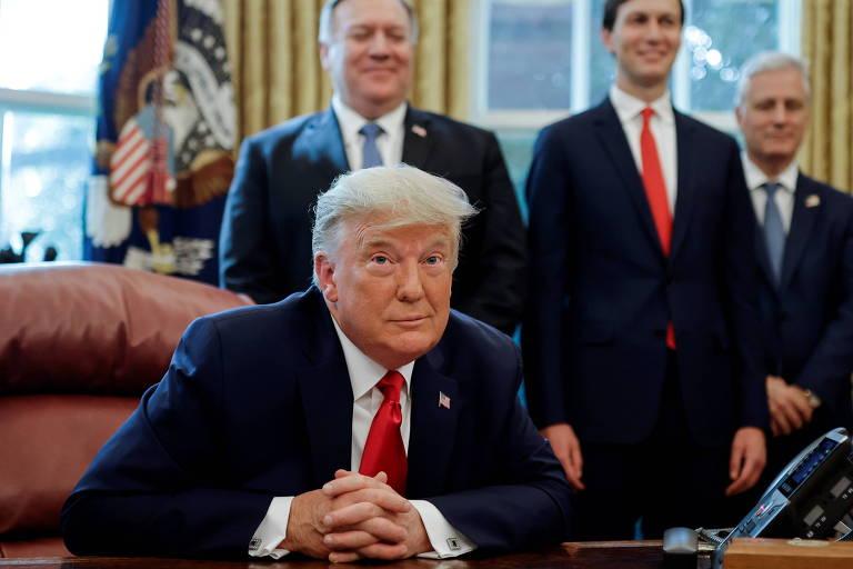Trump em sua mesa no Salão Oval da Casa Branca, de onde anunciou o acordo entre Israel e Sudão ao lado do telefone