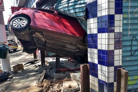 Uma pessoa ficou ferida após um carro invadir um comércio, no início da madrugada desta sexta-feira (23), na altura do número 3860 da avenida Imperador, região da Ponte Rasa (zona leste da capital paulista). (Foto: Reprodução/Redes Sociais Att) ORG XMIT: c2buJ4j-YNsKJmAPJ2Y4
