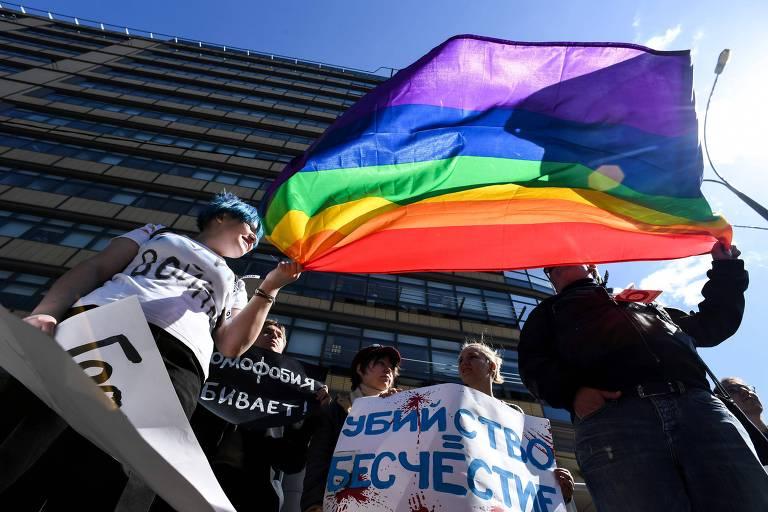 Ativistas seguram bandeira LGBT na cidade de Moscou