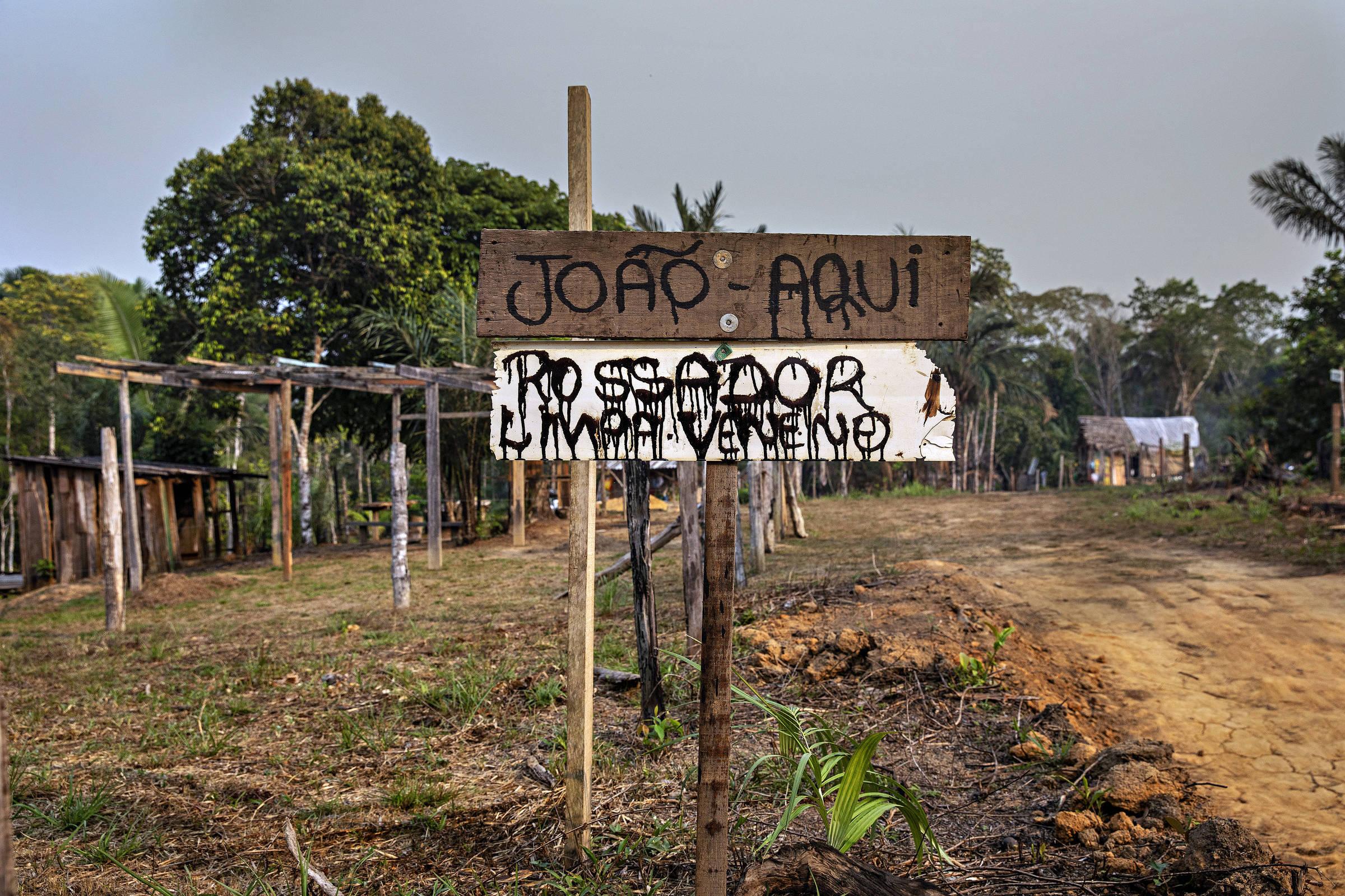 Placas sinalizam a marcação de lote no acampamento Terra Prometida, uma invasão na area rural de Porto Velho