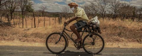 PIO IX/ PIAUÍ/ BRASIL - 15/09/20 - :00h - RAIO X SOBRE A COVID NAS REGIÃO SUDESTE E NORDESTE DO BRASIL Sertanejo com máscara trafega rodovia de bicicleta nas proximidades de Pio IX, no Piauí  ( Foto: Karime Xavier / Folhapress) ***EXCLUSIVO***Especial - O Brasil das várias pandemias  #PraCegoVer Homem com máscara anda de bicicleta pelo sertão do Piauí