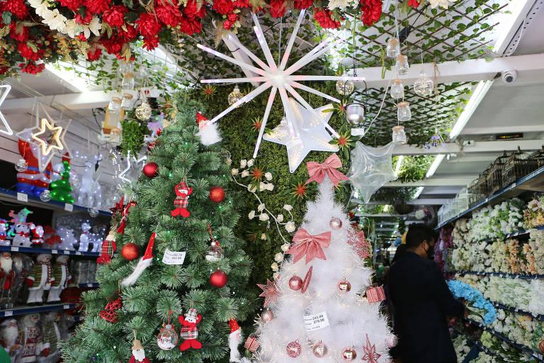 Shoppings e 25 de Março começam a colocar decoração de Natal