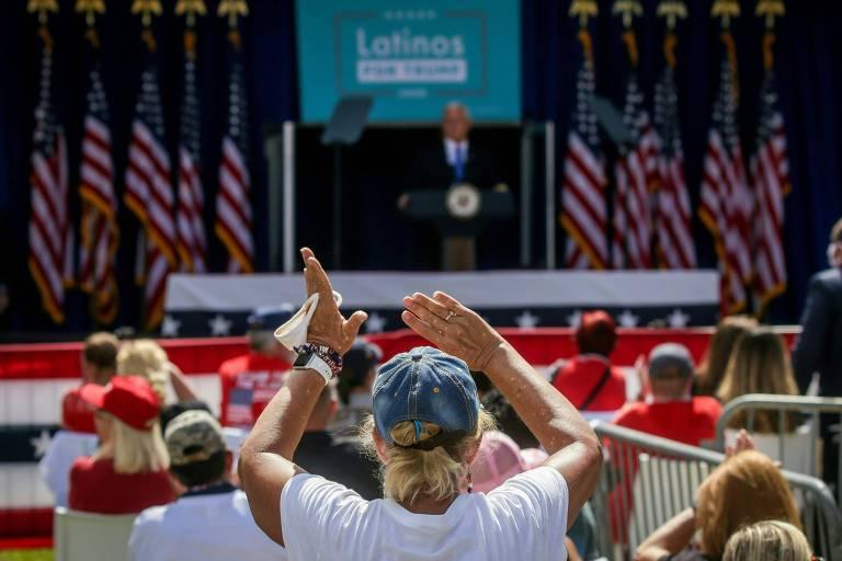 O vice-presidente dos EUA, Mike Pence, discursa em comício para latinos pró-Trump em Orlando, na Flórida