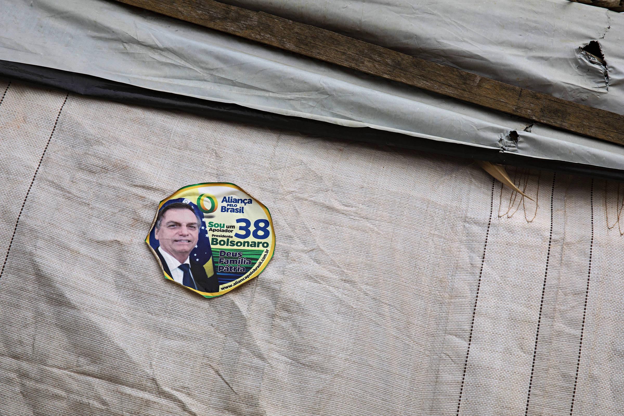 Adesivo do presidente Jair Bolsonaro colado na parede de um barraco do acampamento Boa Esperança