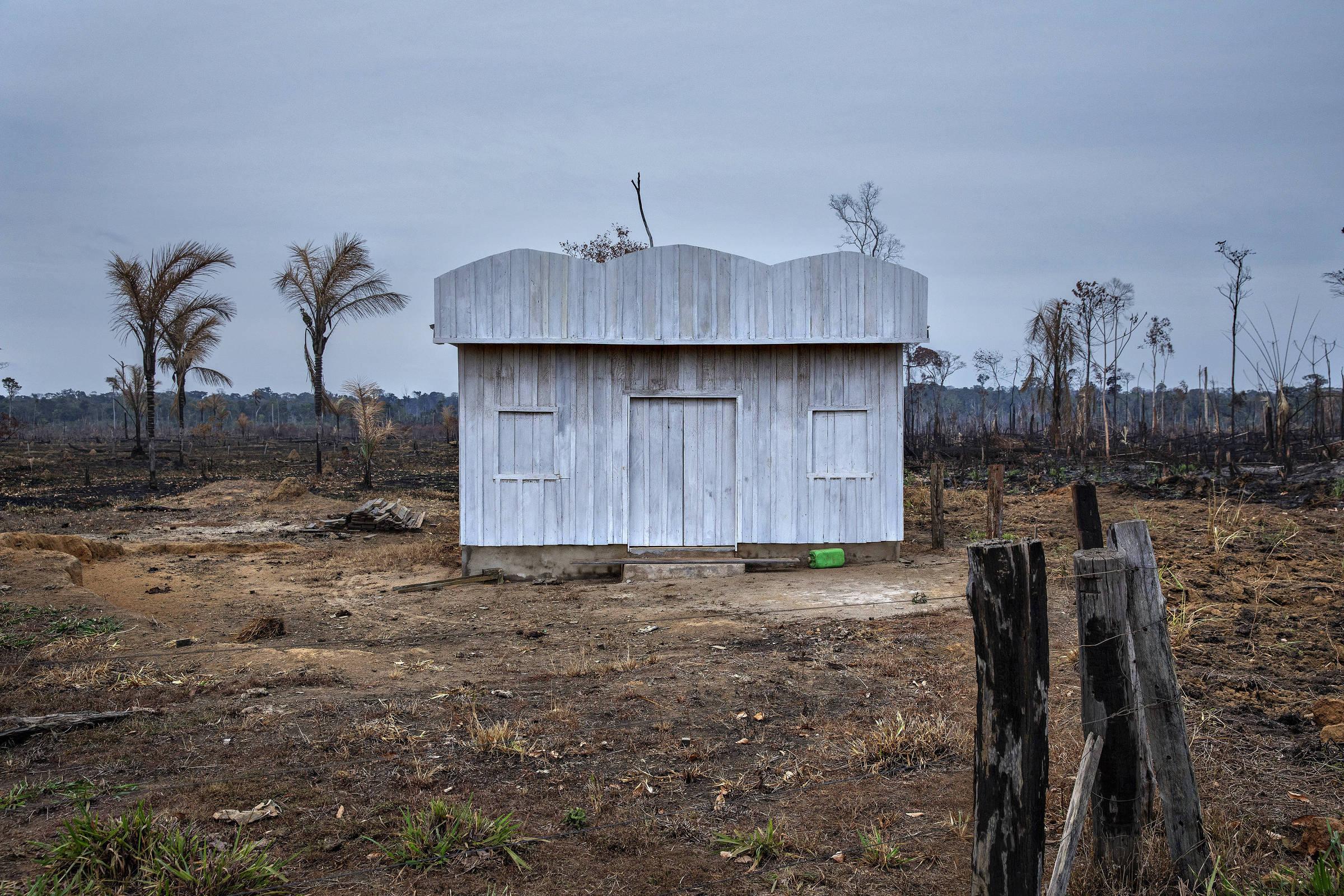 Igreja evangélica em construção na área da APA (área de proteção ambiental) Rio Pardo, em Rondônia