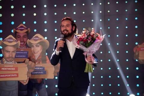 Cartolouco com flores surpreende Luiza Ambiel no palco de A Fazenda