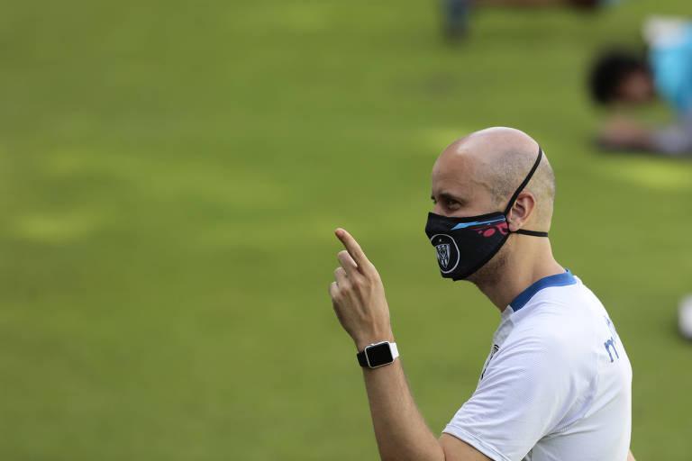 Foto do técnico do time Independiente Del Valle, Miguel Ángel Ramírez, usando máscara