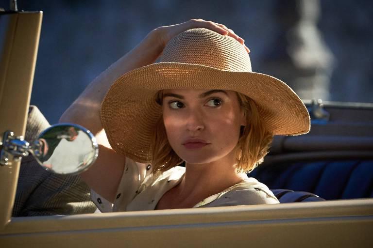 Lily James no papel de Mrs. De Winters em 'Rebecca - A mulher inesquecível'