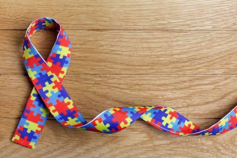 Fita com estampa de peças coloridas de um quebra-cabeça