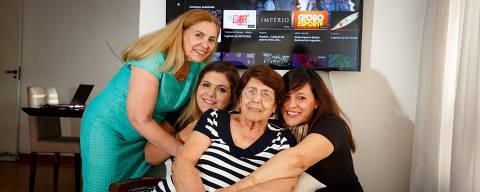 SAO PAULO, SP, BRASIL.22.10.2020 -A novela sobrevive na TV e no streaming - Na quarentena e, mesmo diante das reprises, as novelas continuam sendo sucesso de audiência. E agora também elas estão disponíveis no streamming. A familia Buono, Fabiana Buono, 35, Cecília Buono Paschoal , 61, (verde), Linda Buono, 86 e Marisa Buono Zupo, 57 (preto)  . (foto: Rubens Cavallari/Folhapress,SHOW)
