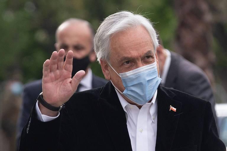 O presidente chileno, Sebastián Piñera, acena ao chegar a local de votação em Santiago
