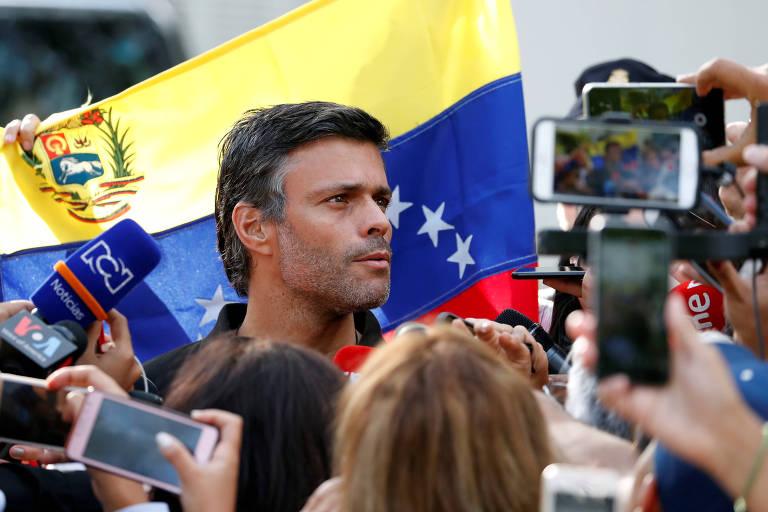 O líder da oposição venezuelana Leopoldo López fala a repórteres em frente à residência do embaixador espanhol em Caracas