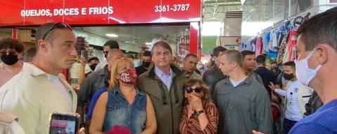O presidente Jair Bolsonaro (sem partido) irritou-se com um homem que o abordou neste domingo (25) na saída da feira permanente do Cruzeiro, no Distrito Federal, para reclamar do preço do arroz.