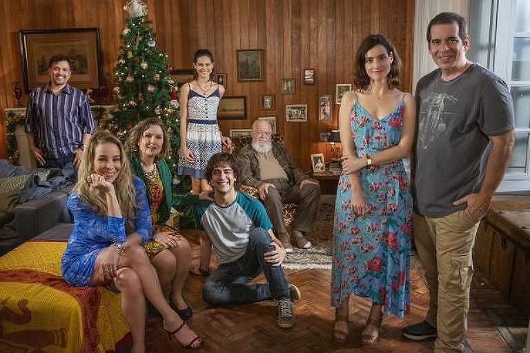 """Danielle Winits (de azul, sentada à esq.), Leandro Hassum (na extrema dir.) no filme """"Tudo Bem no Natal Que Vem"""", da Netflix"""