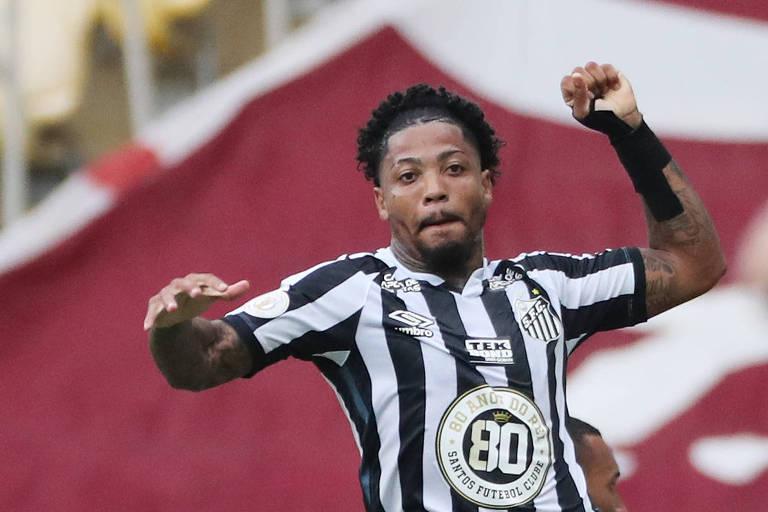 Marinho comemora dando um soco no ar, em homenagem a Pelé