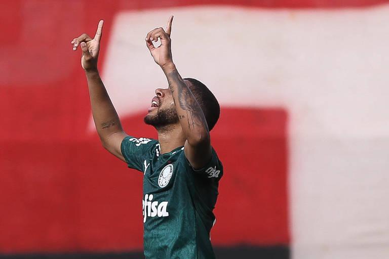 Wesley comemora gol contra o Atlético-GO