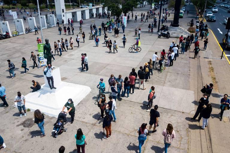 Em Santiago, chilenos formam fila no Estádio Nacional para participar de plebiscito