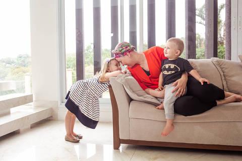 BR - Sao Paulo - 16.10.2020 -  FOLHA TREINAMENTO - Matéria: Biossimilares e câncer - Retratos de Izabela Ribeiro, 34, neurocientista e professora, mãe de duas crianças (Maria Flor, 4 e Benjamin, 1), descobriu um câncer de mama do tipo Her2 no início de 2020. Fez cirurgia, quimioterapia e por um ano fará tratamento com dois medicamentos biossimilares, trastuzumabe e pertuzumabe, para evitar que o câncer reapareça. Ela criou uma conta no Instagram onde conta sua jornada para enfrentar a doença. FOTO: KEINY ANDRADE/FOLHAPRESS