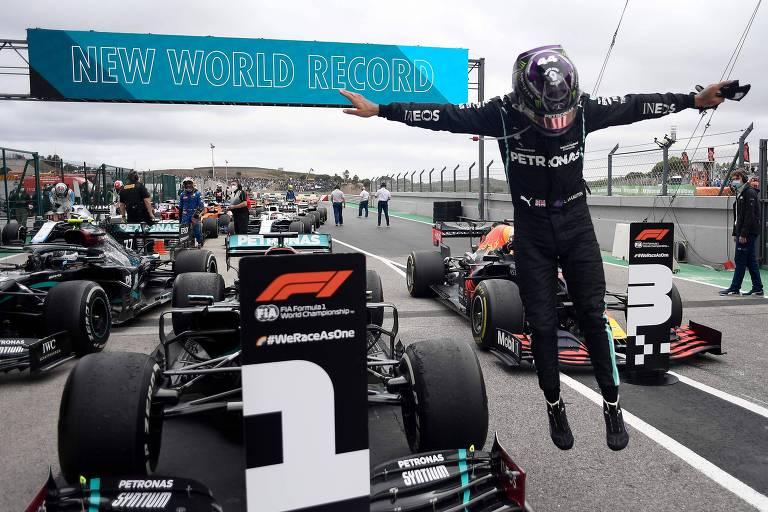 Lewis Hamilton salta do seu carro após vencer o GP de Portugal