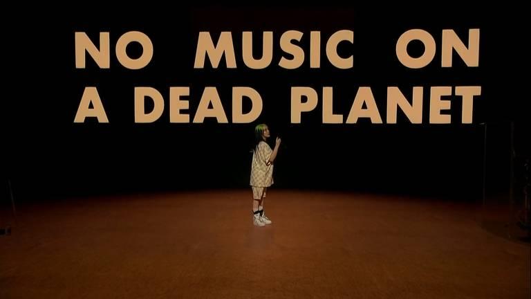 Mensagem 'sem música em um planeta morto', em live de Billie Eilish