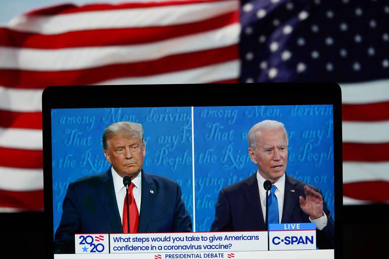 Tela mostra Donald Trump e Joe Biden durante o último debate presidencial, realizado na quinta (22)