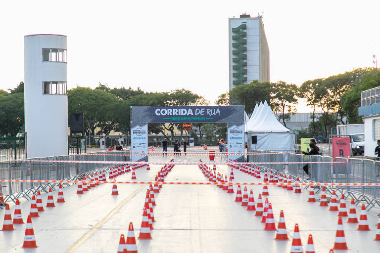 Área da largada da Corrida Verificação de Protocolo, com cones que determinavam o distanciamento entre os atletas