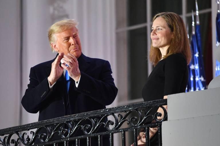 Amy Coney Barrett e Trump na varanda da Casa Branca, ao fim da cerimônia solene de juramento da Suprema Corte